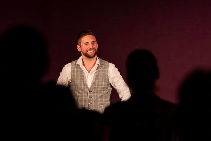 Magicien sokaris devant un public lors de son spectacle natural