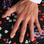 Main sur des cartes du magicien sokaris. Cours de magie en ligne ou à domicile